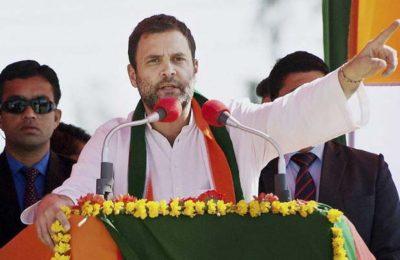 """जैदपुर (बाराबंकी): कांग्रेस उपाध्यक्ष राहुल गांधी ने बुधवार को बाराबंकी जिले के सैदपुर में चुनावी सभा को संबोधित किया. राहुल के निशाने पर हमेशा की तरह प्रधानमंत्री मोदी ही रहे. राहुल ने कहा कि मोदी को भाषण देने में बडा मजा आता है, काम नहीं करते काम केवल सपा व कांग्रेस की ही सरकारें करती है. उन्होंने भाजपा पर नफरत फैलाकर राजनीति करने का आरोप लगाते हुए कहा कि यह दल लोगों को आपस में लड़ाकर अपनी सियासी रोटियां सेंकती है. अपने आरोपों को धार देते हुए राहुल ने आरोप लगाया कि प्रधानमंत्री नरेंद्र मोदी ने हर साल दो करोड़ युवाओं को रोजगार देने का वादा किया था लेकिन अब तक एक लाख युवाओं को भी रोजगार नहीं मिला. राहुल ने कांग्रेस के राज्यसभा सदस्य पीएल पुनिया के बेटे तथा जैदपुर से कांग्रेस प्रत्याशी तनुज पुनिया के समर्थन में आयोजित जनसभा में कहा कि भाजपा नेता जहां भी जाते हैं, सिर्फ नफरत फैलाकर लोगों को आपस में लड़ाते हैं. उन्होंने कहा """"हम भाजपा और राष्ट्रीय स्वयंसेवक संघ को यह संदेश देना चाहते हैं कि जितना आप हमें लड़ाएंगे, हम उतना ही लोगों से प्रेम और मेलजोल बढ़ाएंगे."""" उन्होंने कहा कि मोदी ने कालेधन के खिलाफ लड़ाई की आड़ में नोटबंदी जैसा जनविरोधी निर्णय करके पूरे हिन्दुस्तान को लाइन में खड़ा कर दिया, लेकिन इस कदम से कितना काला धन बाहर आया, इसका कोई हिसाब नहीं दिया. राहुल ने कहा कि नोटबंदी के बाद बैंकों और एटीएम के बाहर जो कतारें लगीं, उनमें कोई 'सूट बूट वाला चोर' नहीं खड़ा था. अब मोदी सरकार ने कैशलेस प्रणाली की शुरुआत कर दी है जो किसानों, गरीबों और मजदूरों की समझ से परे है. मोदी अगर बचे ढाई सालों में अगर कुछ कर सकते हैं तो किसानों का पूरा कर्जा माफ करे. कांग्रेस उपाध्यक्ष ने कहा कि मोदी ने उद्योगपतियों का एक लाख 40 हजार करोड़ रुपये कर्ज माफ किया है और अब फिर से अपने चहेते परिवारों के छह लाख करोड़ रुपये माफ करने में लगे हैं."""